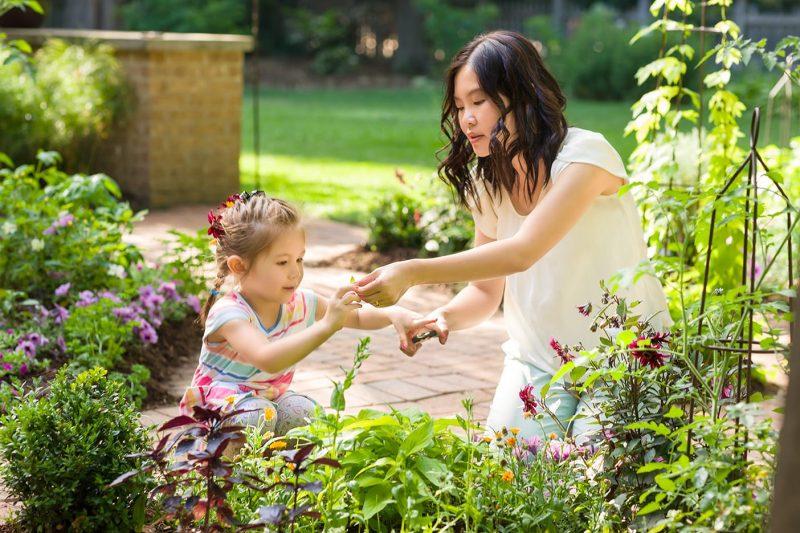 Mother Daughter garden scene_Proven Winners